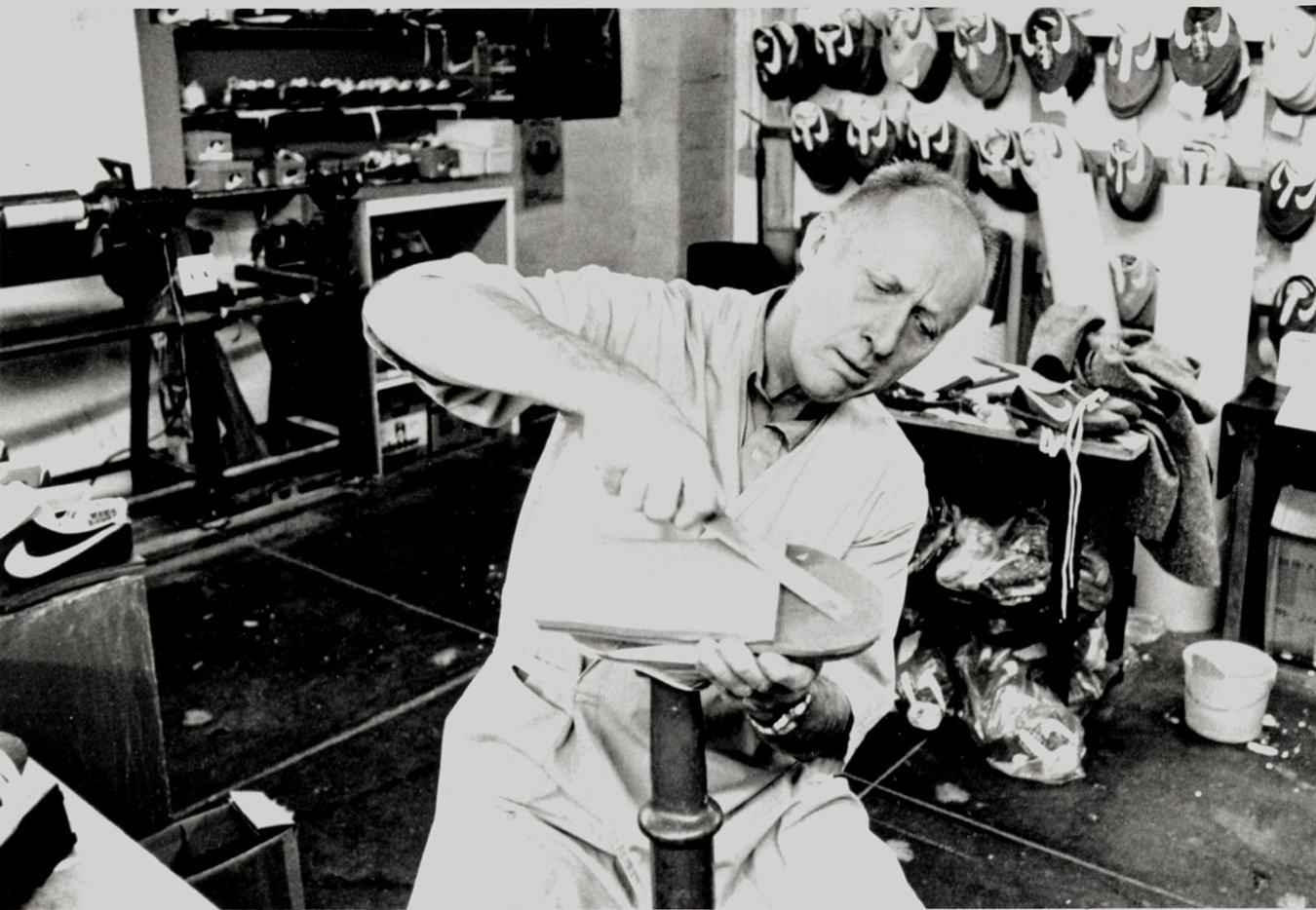 Bill Bowerman fabricando zapatillas de Nike