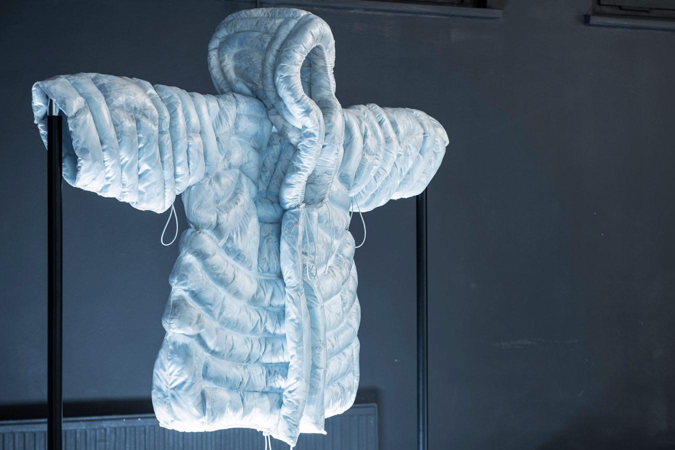Abrigo puffy hecho con mascarillas
